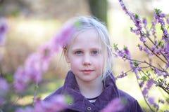 无忧无虑的户外儿童女孩-愉快的童年 免版税库存图片