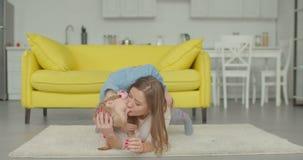 无忧无虑的放松在地板上的母亲和女儿 股票视频