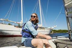 无忧无虑的有绳索的人运行的风帆 图库摄影