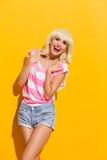无忧无虑的笑的白肤金发的妇女 免版税库存照片