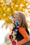 无忧无虑的笑的年轻白肤金发的女孩秋天森林 免版税库存照片