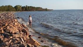 无忧无虑的美丽的妇女漫步的海滨 影视素材