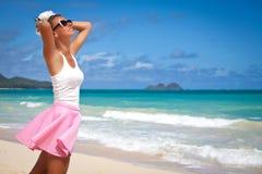 无忧无虑的自由女孩在夏日 热带的海滩 免版税库存照片