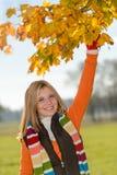 无忧无虑青少年女孩采摘叶子秋天使用 免版税库存照片
