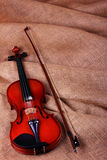 无意识而不停地拨弄小提琴 免版税库存图片