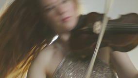 无意识而不停地拨弄弓到音乐家的手里交响乐团的 影视素材