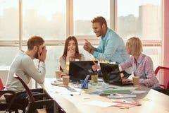 无所事事在办公桌的创造性的设计师 免版税图库摄影
