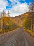 无提名,在半岛堪察加,俄罗斯的石渣路 免版税库存图片