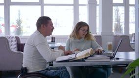 无效的,教育家妇女单独教学到玻璃里举办废人的训练轮椅使用的 股票录像