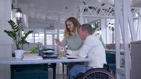 无效,愉快的病的学生成熟人的训练有教育家的轮椅的女性使用聪明的电脑技术 股票录像