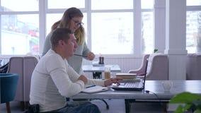 无效,成功的资深被致残的人的辅导有使用聪明的电脑技术的教育家妇女的轮椅的 股票录像