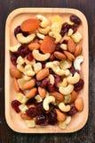 无核小葡萄干坚果的混合 免版税库存图片