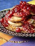无核小葡萄干红色果酱的薄煎饼 图库摄影