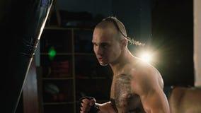 无毛与在头和纹身花刺,自由战斗机训练沙袋的猪尾 影视素材