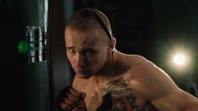 无毛与在头和纹身花刺,自由战斗机训练沙袋的猪尾 股票录像