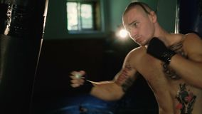 无毛与猪尾和纹身花刺,自由战斗机训练沙袋 4K 股票录像