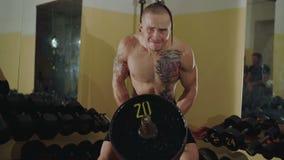 无毛与纹身花刺释放战斗机推力在健身房的坚硬杠铃 4K 股票视频