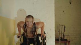 无毛与纹身花刺释放推挤与在一个脖子的坚硬链子的战斗机在健身房 4K 股票视频