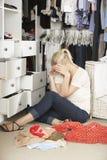 无法不快乐的十几岁的女孩发现在衣橱的适当的成套装备 免版税库存图片