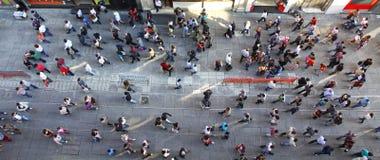 无法认出的人人群Istiklal街道的在伊斯坦布尔 免版税库存照片