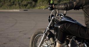 无法认出的人在路,平均计划录影骑摩托车 影视素材