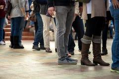 无法认出的人民人群在一个城市布局排队,户外 图库摄影