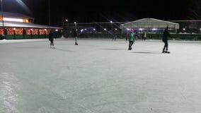 无法认出的人民在滑冰场滑冰在冬天晚上 股票录像