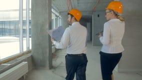 无法认出的企业队,工程师,在运作在建造场所,未完成的大厦的衣服的地产商 从 股票视频