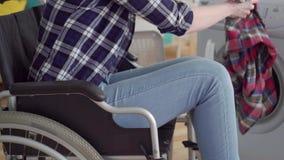 无法认出的妇女残疾在轮椅使用洗衣机 影视素材