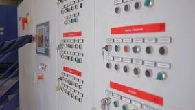 无法认出的工作者在工业工厂调整工业机器的操作在触摸屏上的 影视素材