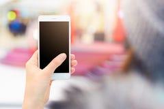 无法认出的有空白的黑屏幕的妇女举行现代手机射击观看录影或观看照片, surfes社会媒介我们 库存图片