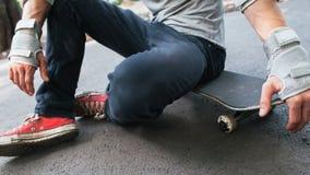 无法认出的溜冰者准备好对下竞争 免版税库存图片