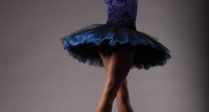 无法认出的芭蕾舞女演员在演播室,蓝色成套装备 古典芭蕾艺术 一部分的腿和芭蕾舞短裙 免版税图库摄影