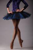 无法认出的芭蕾舞女演员在演播室,蓝色芭蕾舞短裙成套装备 古典的艺术 免版税图库摄影