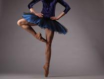 无法认出的芭蕾舞女演员在演播室,蓝色芭蕾舞短裙 古典芭蕾 图库摄影