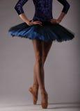 无法认出的芭蕾舞女演员在演播室,蓝色芭蕾舞短裙 免版税库存图片