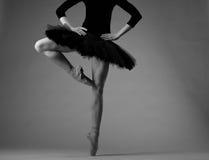 无法认出的芭蕾舞女演员在演播室,黑芭蕾舞短裙成套装备 古典芭蕾艺术 灰色极谱图象 免版税库存照片