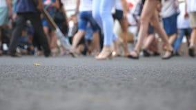 无法认出的行人交叉路交叉点低角度视图在大城市夏日 人的人群走 股票视频