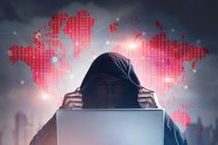 无法认出的黑客,城市,世界地图,膝上型计算机 免版税库存照片
