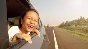 无牙的从车窗的女孩挥动的手 股票录像