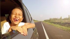 无牙的儿童神色从车窗 影视素材