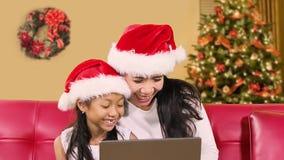 无牙的女孩和母亲圣诞节网上购物 股票录像