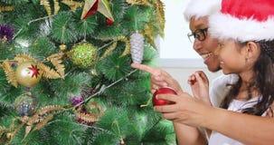 无牙的装饰圣诞树的女孩和父亲 影视素材