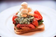 无盐干酪、多士、pesto和蕃茄开胃菜  免版税库存图片