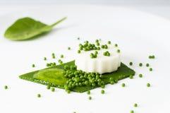 无盐干酪布丁、菠菜鱼子酱、菠菜调味汁和绿色pape 免版税库存图片