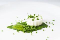 无盐干酪布丁、菠菜鱼子酱、菠菜调味汁和绿色pape 库存照片