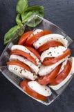 无盐干酪的部分用蕃茄 免版税库存照片