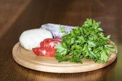 无盐干酪,荷兰芹,香肠,在一个木板的蕃茄 库存照片