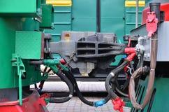 无盖货车联结 两辆铁路火车或货物无盖货车耦合装置有铁路袖子的 库存图片