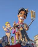 无盖货车-优胜者是 谁赢得不知道什么丢失在维亚雷焦,托斯卡纳,意大利狂欢节  免版税库存图片